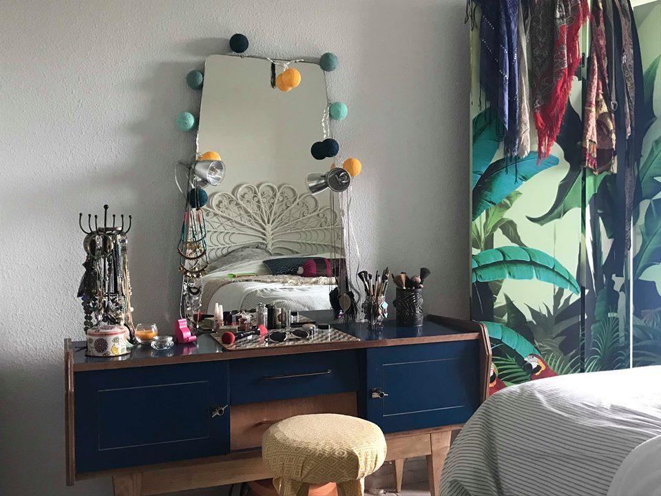 Et voilà la coiffeuse dans son nouvelle environnement ... Merci Claire pour la photo ! :)